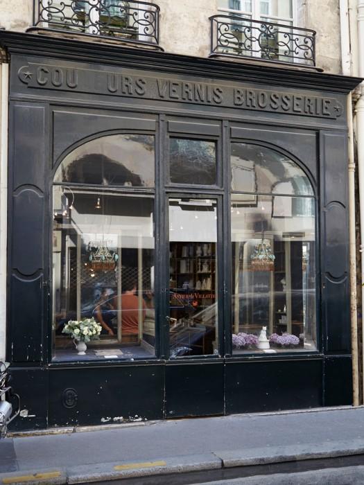 重厚なファサードが目を引くサントノレ通りのアスティエ・ド・ヴィラット本店 photo : Stephen Johnson