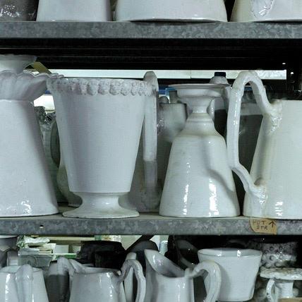 純白の釉薬に輝く陶器。