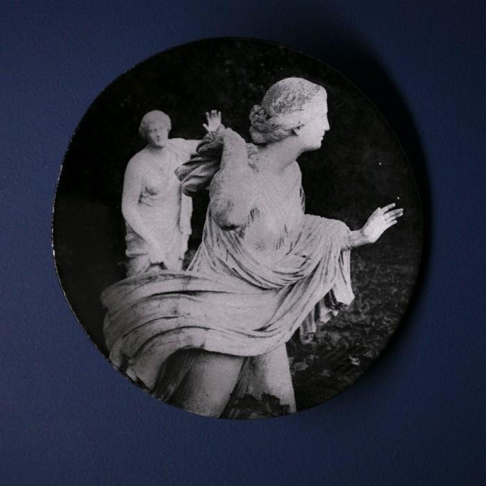 庭園にある彫像をプリントしたプレート。