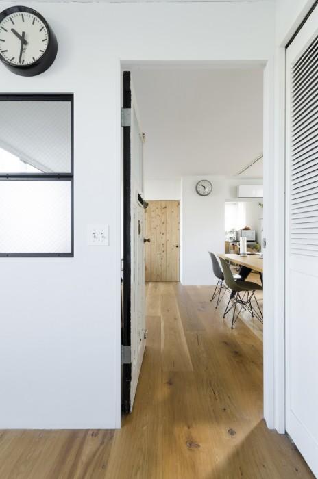 ベッドルームからリビング方面を見る。部屋の床は全て無垢のオーク材で統一され、すっきりとした印象。