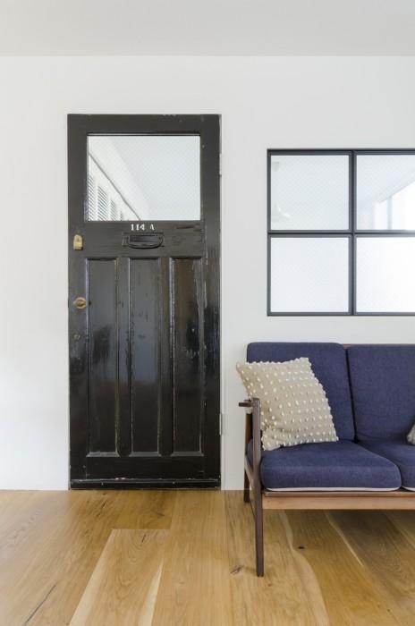 ドアはイギリスのアンティーク。ステンドグラスを取って、隣の窓とともに鉄線入りのガラスに変えた。