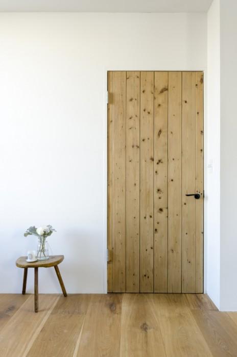 玄関とリビングの間のドアはフランスのヴィンテージ。こちらも探し歩いて見つけたもの。