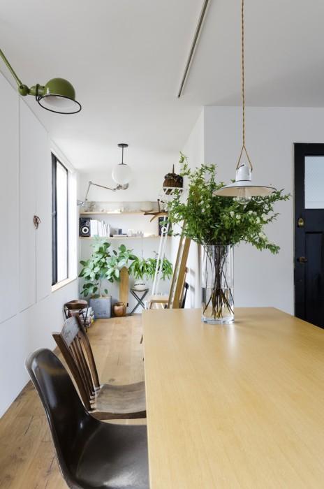 部屋の南側、北側の両方にある開口部から光が差し込む。南側のこちらではグリーンや花が水々しい。