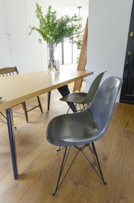 大好きなデザイナーである、ジャン・プルーベがデザインしたヴィトラ社のテーブルは、この部屋に合わせて購入した。