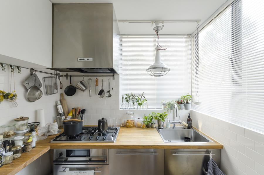2面に開口部のある明るいキッチン。調理器具は「klala」で扱うものの他、ふらりと立ち寄った雑貨店で気に入って購入したものなどを。