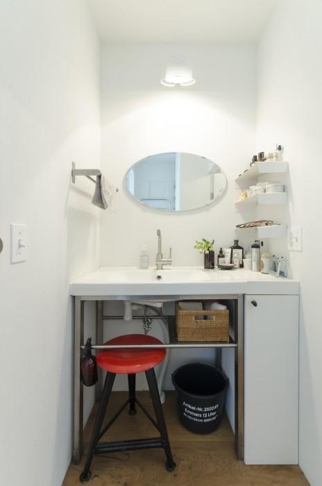 洗面もフルリノベーション。IKEAのシンクのまわりを、タイルを貼ったり、工業用の取手をつけたりして味わいを出している。
