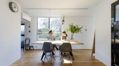 郊外のヴィンテージマンションに暮らす インテリアセンスが光る 緑の中のリノベーション住居