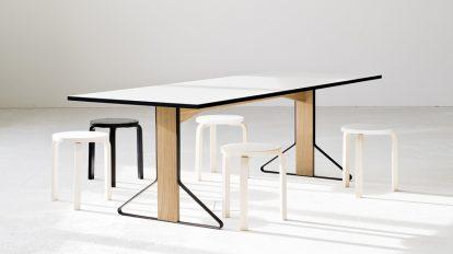 ホワイトトップのカアリテーブルにスツール60が並ぶ。ひとつだけ置いたブラックモデルがアクセントに。