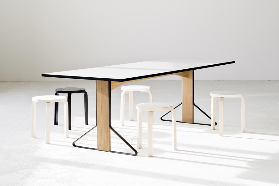 ホワイトトップのカアリテーブルにスツール 60が並ぶ。ひとつだけ置いたブラックモデルがアクセントに。