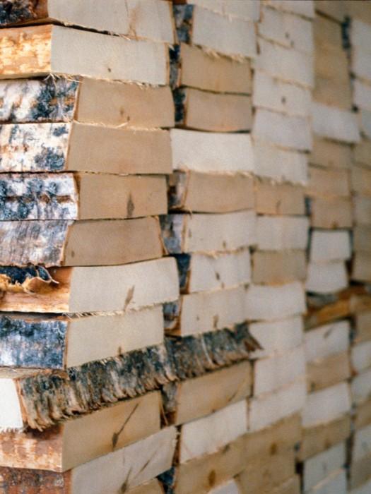 80年経った木材をゆっくり時間をかけてしっかり乾燥させる。
