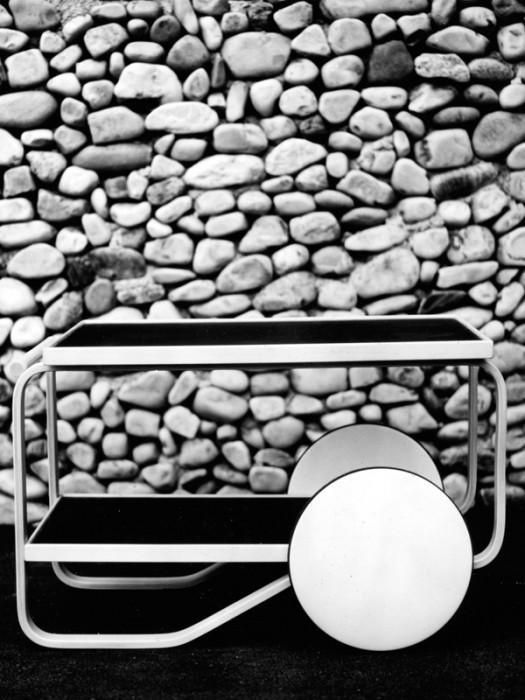 アルヴァ&アイノ・アアルトが設計したマイレア邸のリビングに置かれたティートロリー。