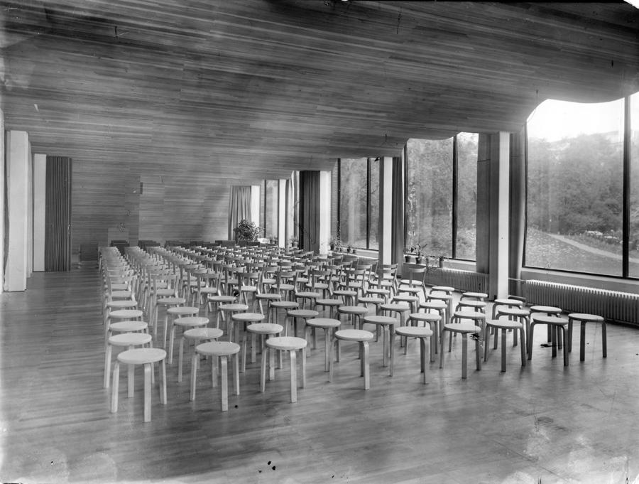 アアルトが手がけたロシアのヴィープリ図書館に並ぶスツール 60。波状の天井が話題になった建物。(1935年)
