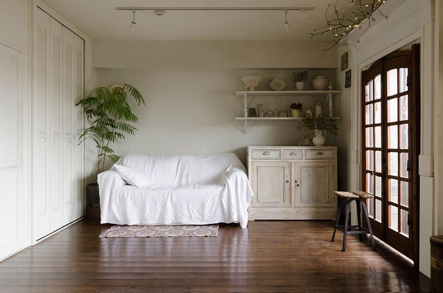 もとは和室だったスペース。こちらは妻好みの清潔感のあるフレンチシックなゾーンに。