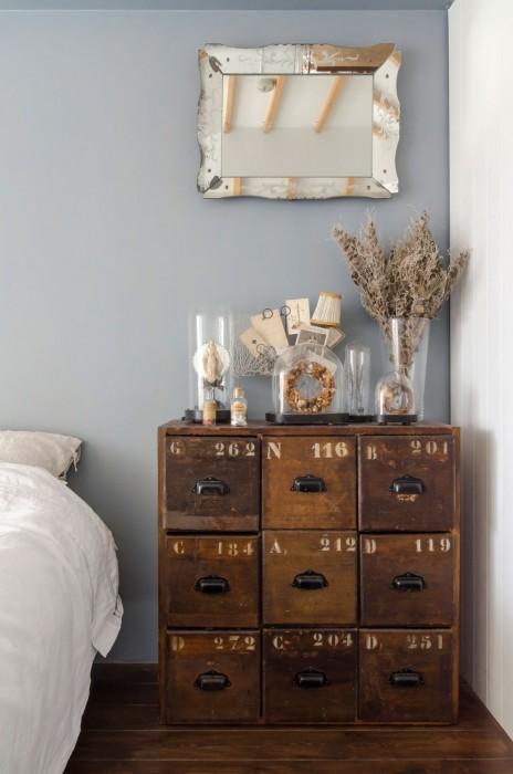 工具を入れるファクトリーもののアンティークを箪笥に。鏡はイギリスのエッチングガラス。微妙な壁の色合いとマッチ。