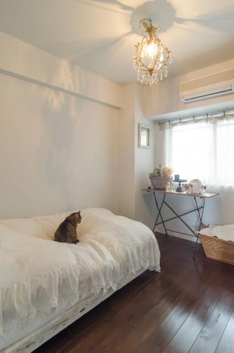 """""""かちっとした雰囲気が好み""""だという妻のベッドルームは、プロに依頼してリフォーム。ソファーにもなるベッドの上は、猫のtina。"""