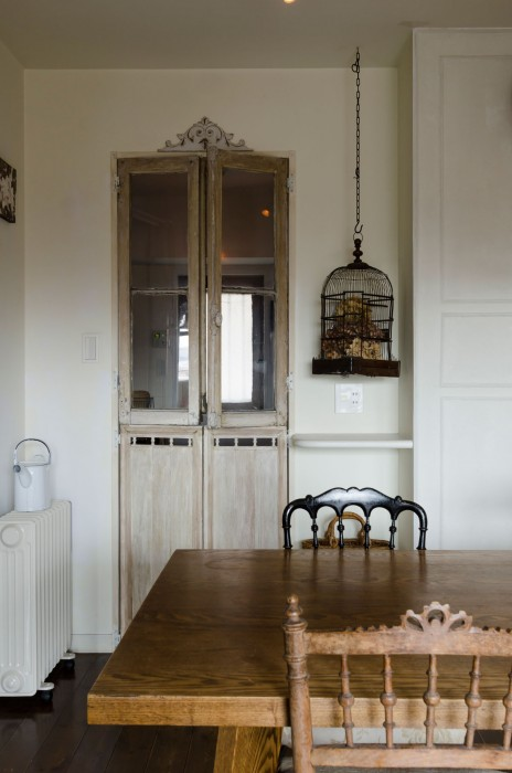 キッチンへのドア。上半分はグレモン錠付きのアンティーク。下半分をそれに合わせベニヤと角材で作成した。
