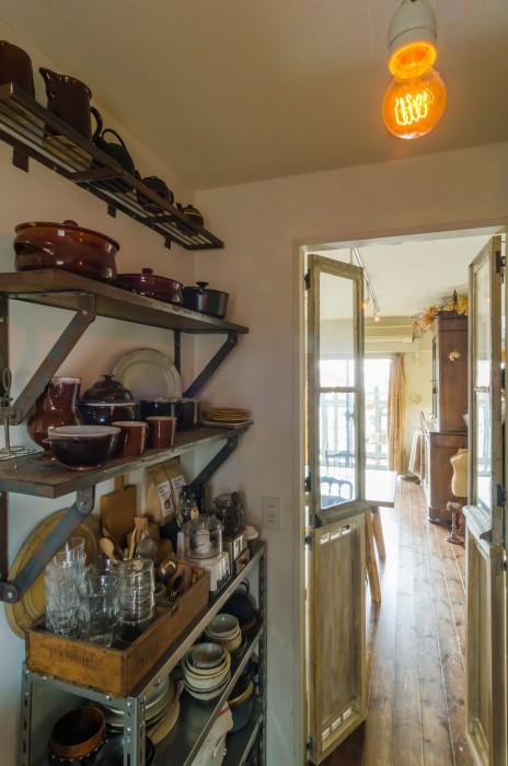キッチンも壁、床、シンク下の棚などDIYした。こちらはGREEN FINGERSのガーデンシェルフを使って作った棚。