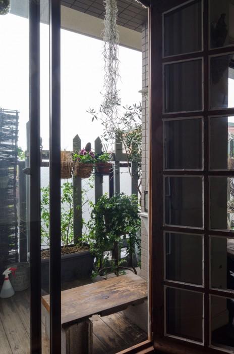 格子窓の外はベランダガーデニングが美しい。デッキは入居時にリビングと同じ高さで設置。一部は諸事情あって取り除いた。垂れ下がるのはチランジア。