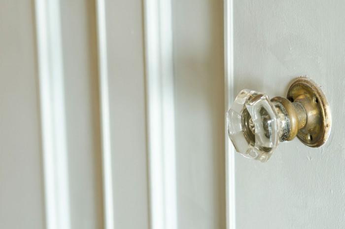 既存のドアはガラス部分にベニヤを貼り、白く塗って八角形のドアノブに付け替えた。