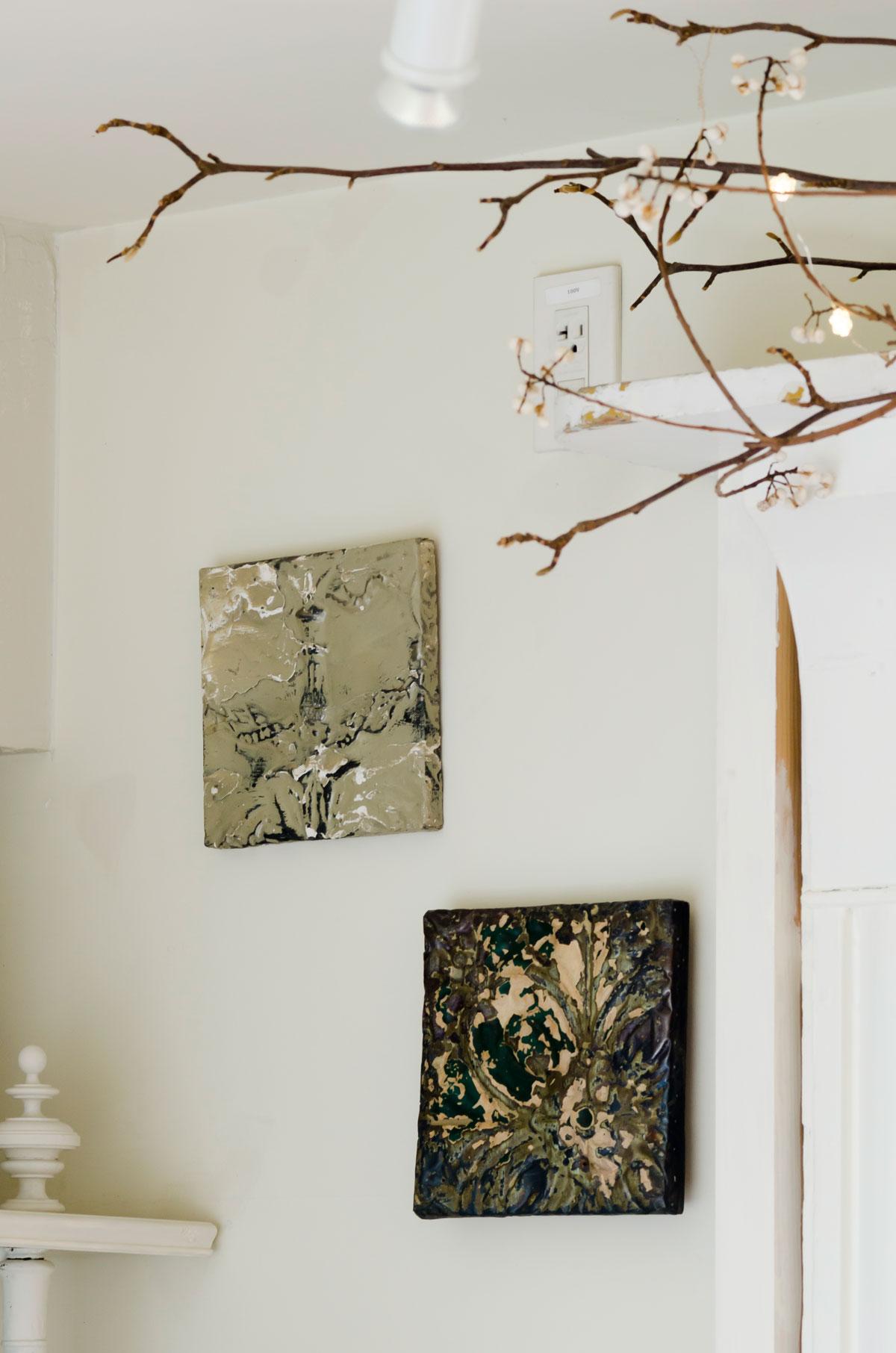 壁のアートは、NYの古いアパートの壁の一部だというもの。H.P.DECOで購入。