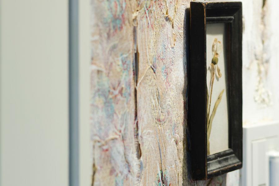 廊下の壁には凹凸感のあるアンティークのウォールペーパーを貼った。