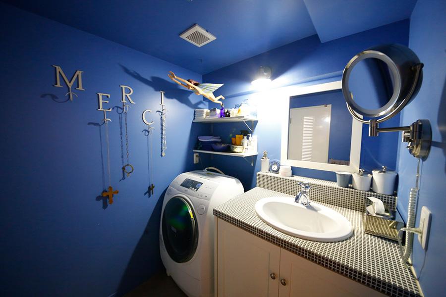 洗面所は海の中を感じさせるブルーの空間。