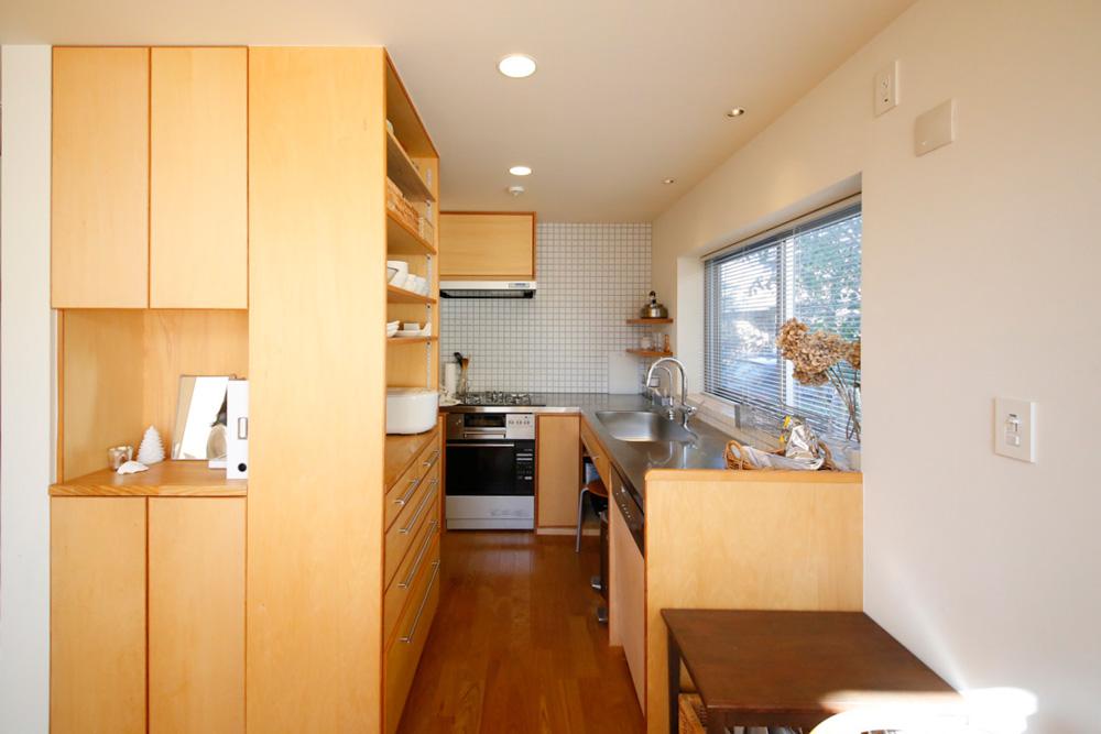 キッチンは窓に面していることをリクエスト。毎日使うもの以外はすべて収納し、掃除のしやすいクリーンな空間を心がけている。