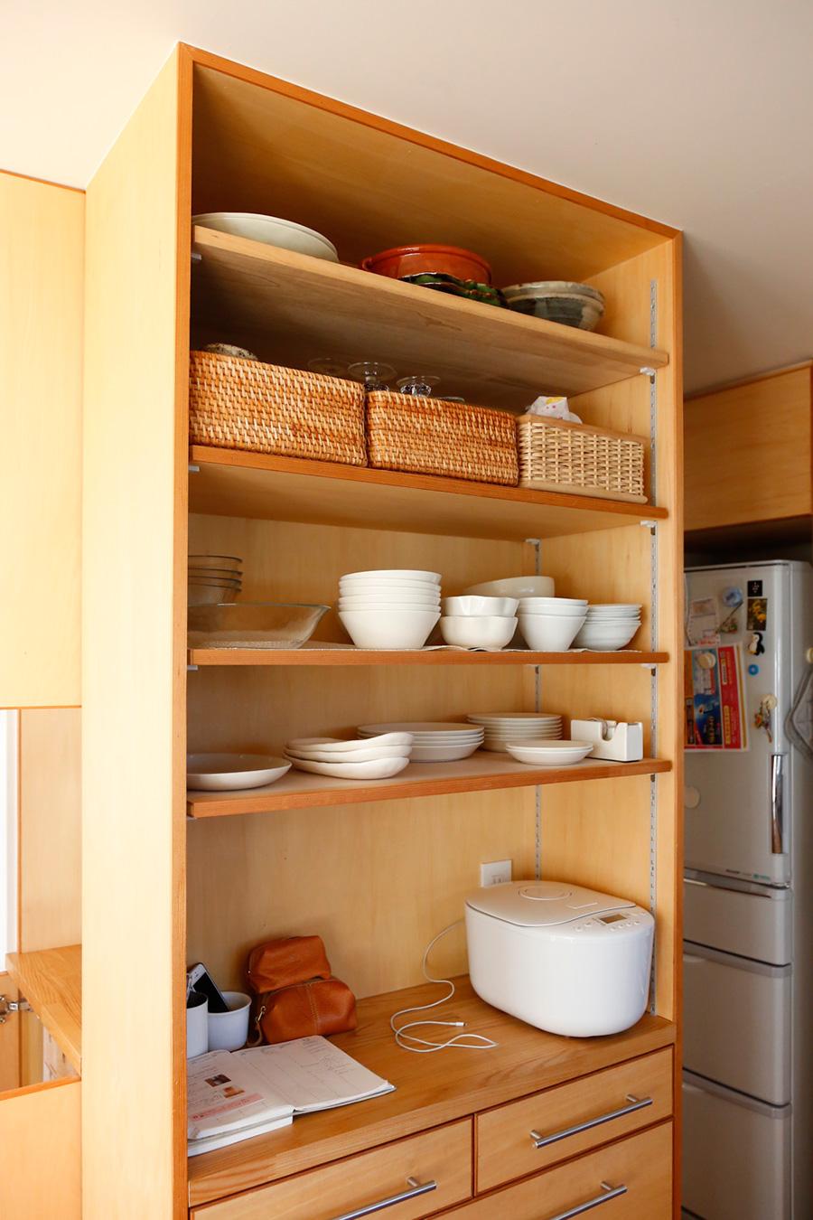 白で統一した食器は見える位置に配置。手前は高さの低いもの、奥に高いものを置いて取り出しやすいようにしている。白以外の和食器は扉の中に見えないように収納する。
