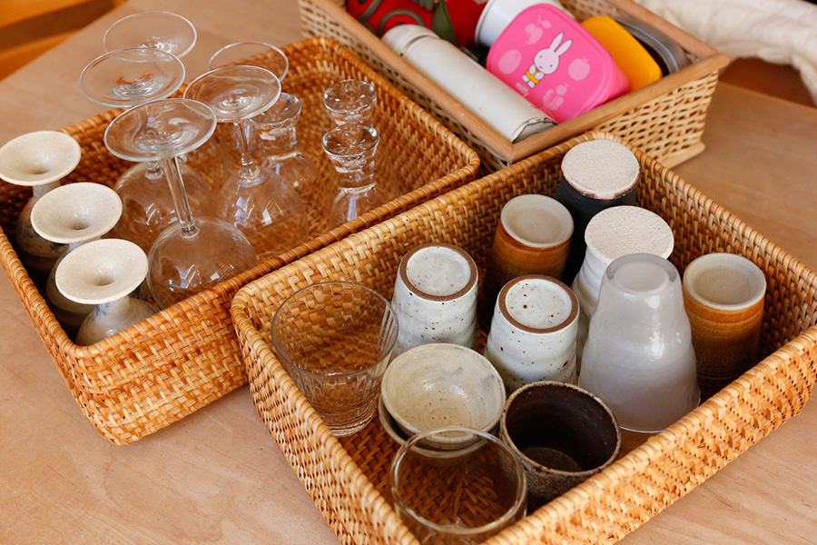 よく使うお弁当箱、グラス、コップ類をアイテム毎にかごに入れて。こうしておくと使うときにどこにあるかがわかりやすい。