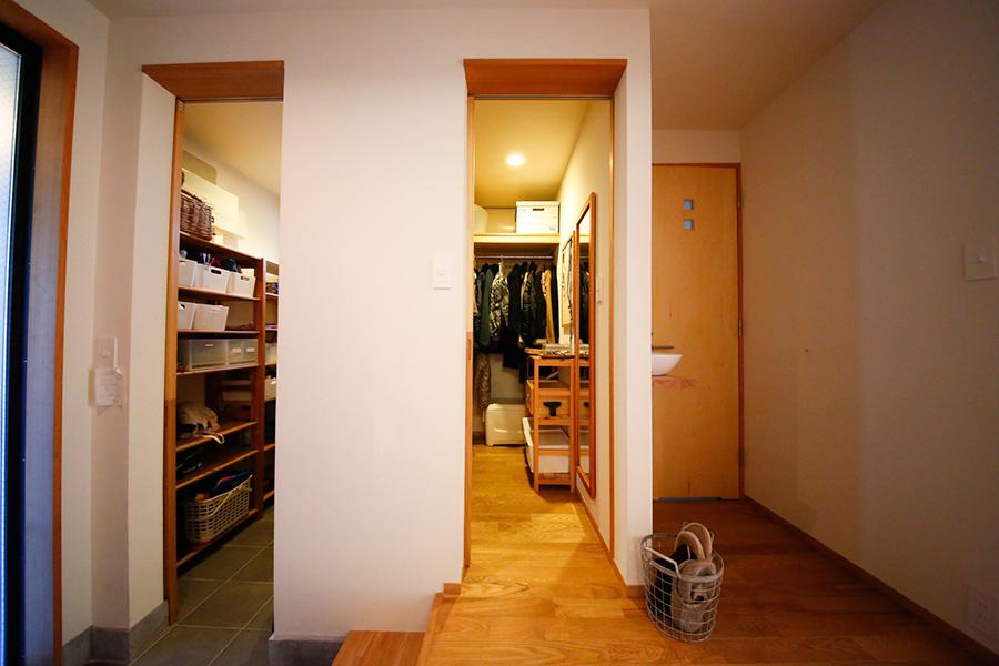 左側がアウトドア用のグッズなどを収めるスペース、右側が玄関クローゼット。中でつながっていて行き来ができる。