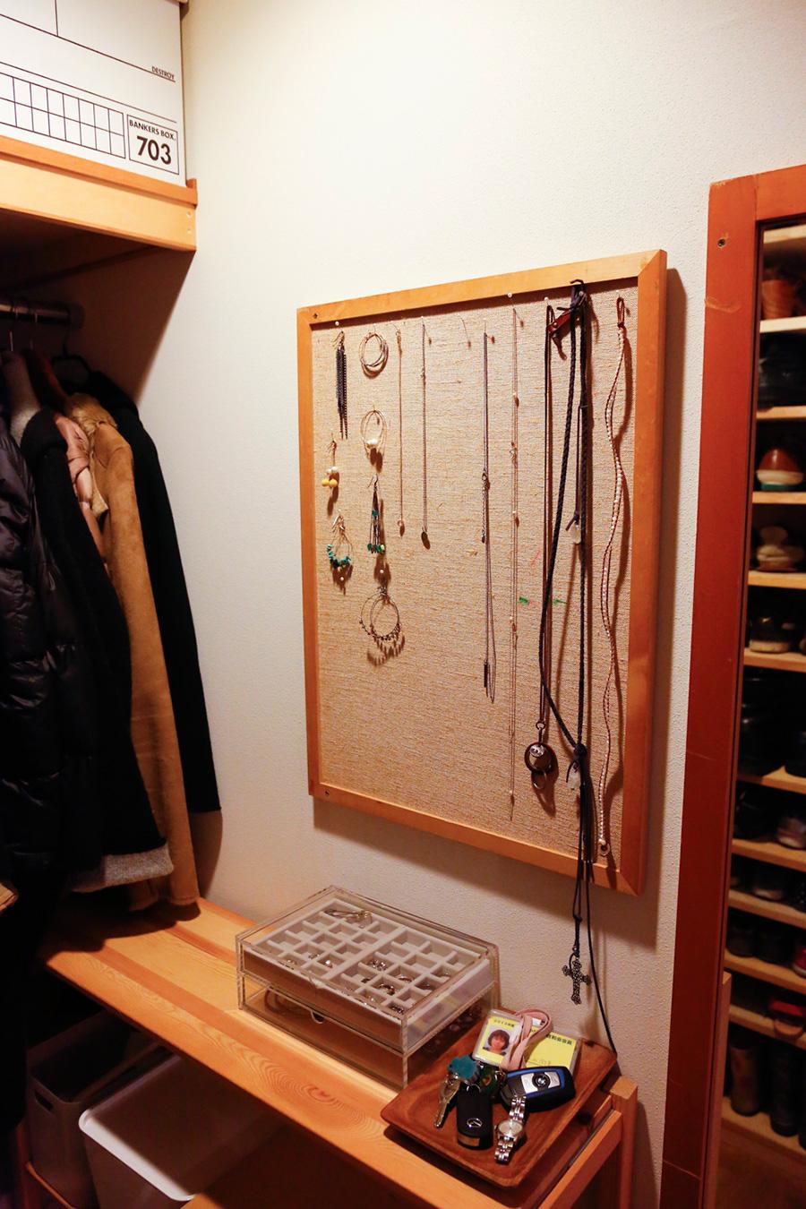 ロングネックレスはコルクボードとピンで。その日の服に合わせてひと目で選べる。無印良品のクリアケースも愛用。