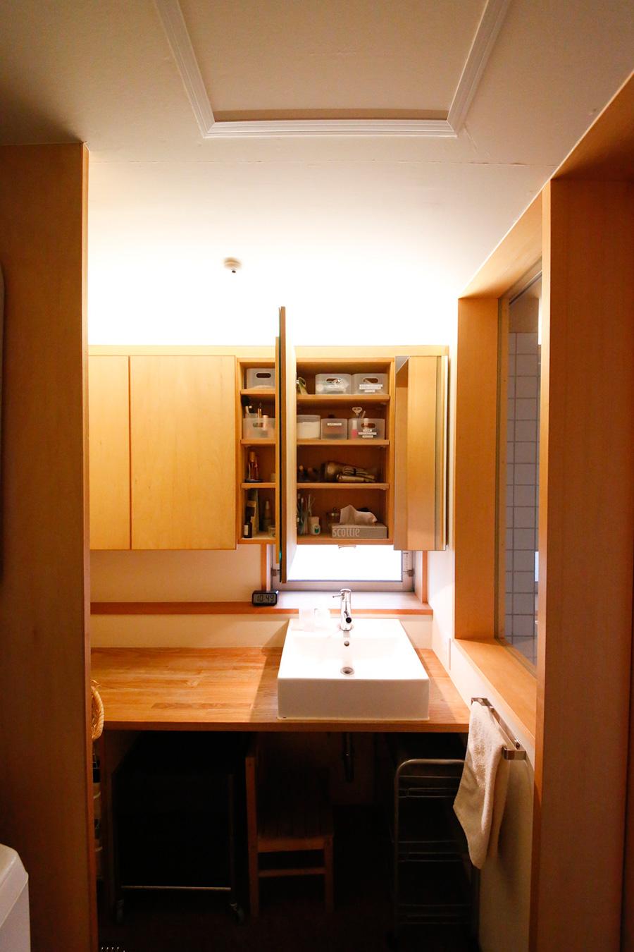 玄関を挟んでクローゼットと反対側にあるのが洗面とバスルーム。帰宅後、部屋に入る前にシャワーや手洗いもできる。