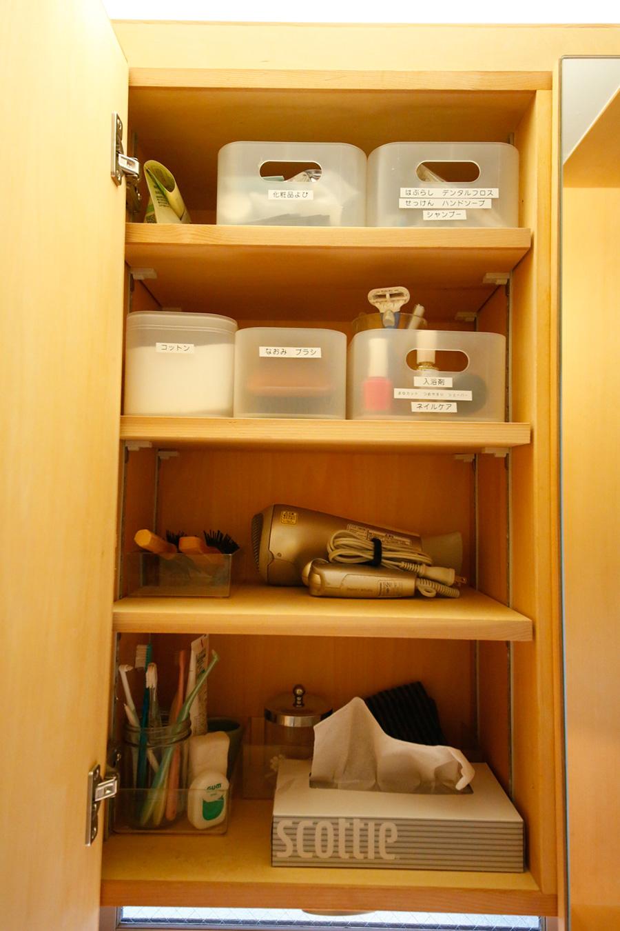 洗面台の棚の中もプラスチックのかごを活用。歯ブラシの予備、マニキュア、コットンなどを分けて入れる。