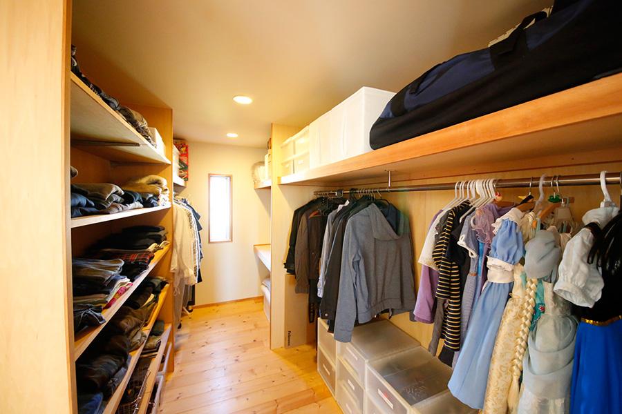 手前は子供用のスペース。棚の上はボックスなどを活用。