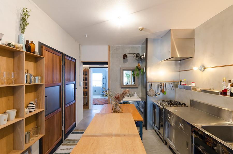 キッチンは廊下を取り、広々と明るい空間に。クールな金属とナチュラルな木の素材感をミックス。