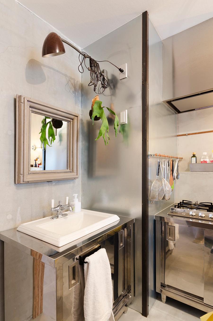 鉄板を貼った柱が、家のシンボリックな存在に。水洗台は厨房用の棚に穴を開けてもらい、KOHLERのシンクをはめ込んだ。