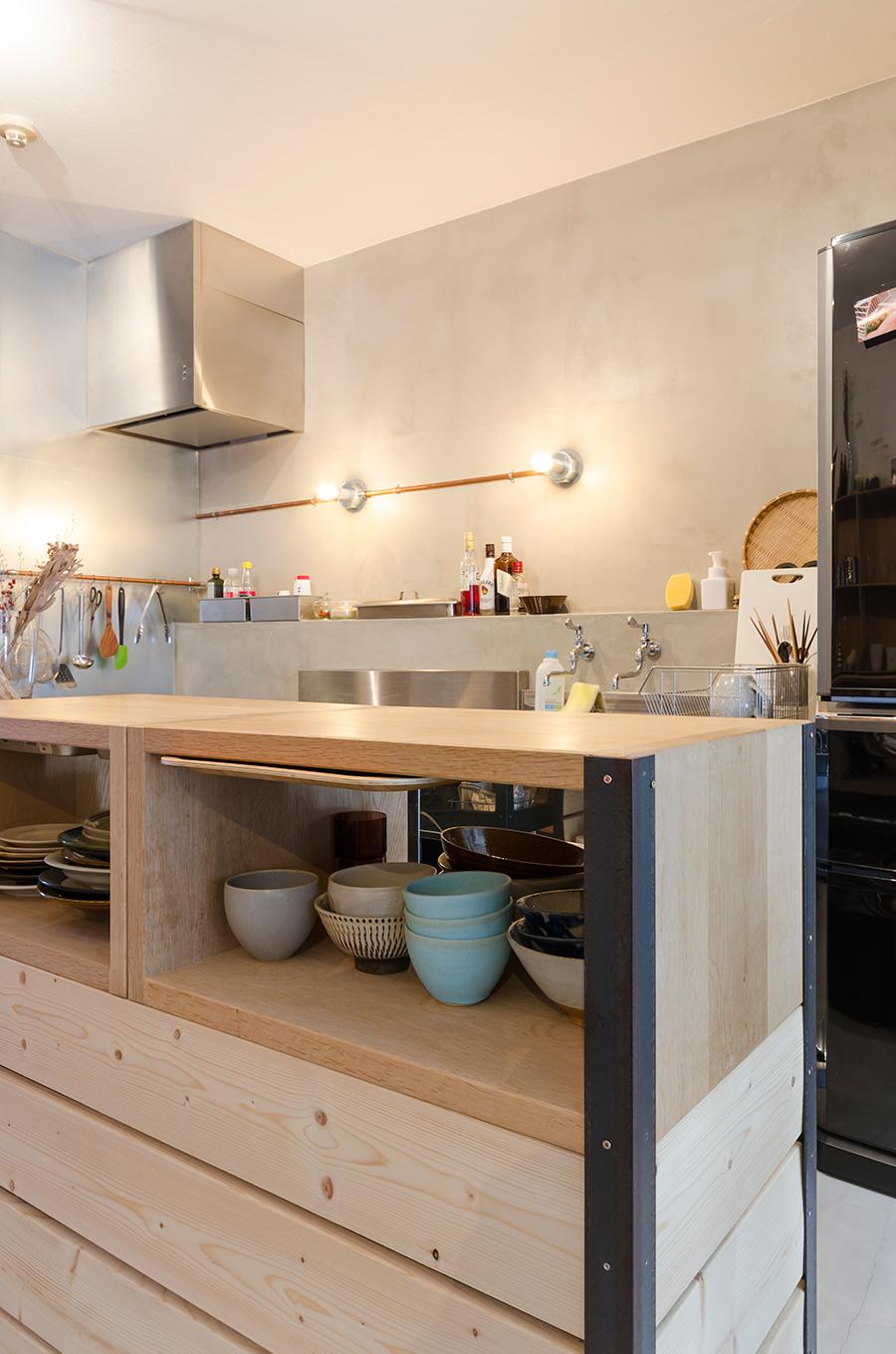 鉄のフレームと木の板を購入してDIYで作ったアイランドキッチン。天板の下に薄い引き出しも取り付け、トレーやふりかけを収納。