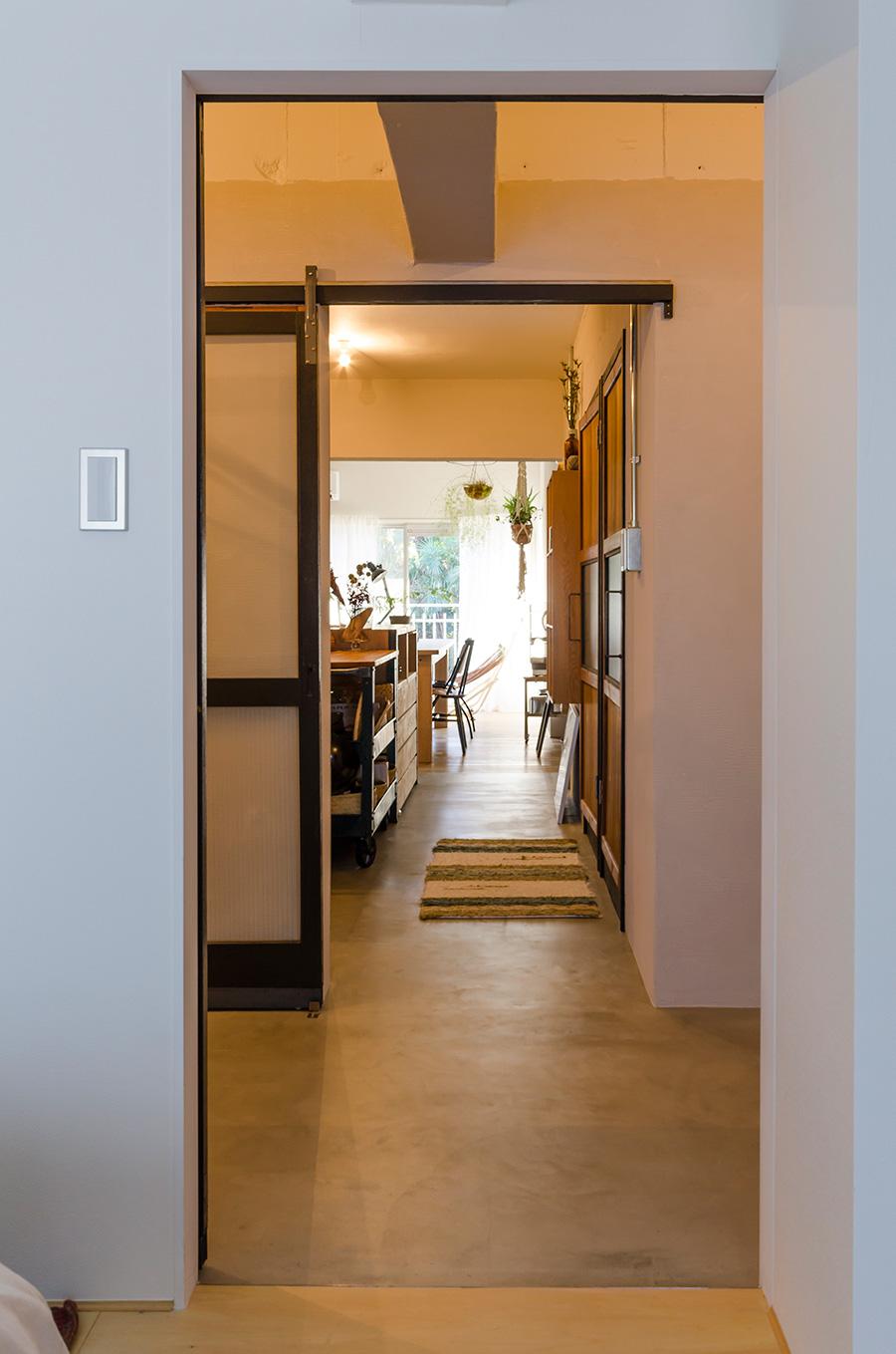 玄関ホールを挟んで、南側の窓から北側の窓へ、光が通り抜ける。