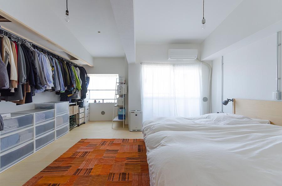 北側に位置するベッドルーム。床はシナ合板にふたりでワックスを塗って仕上げた。クローゼットは扉を取り付けず、ここに収まる分だけを保管。