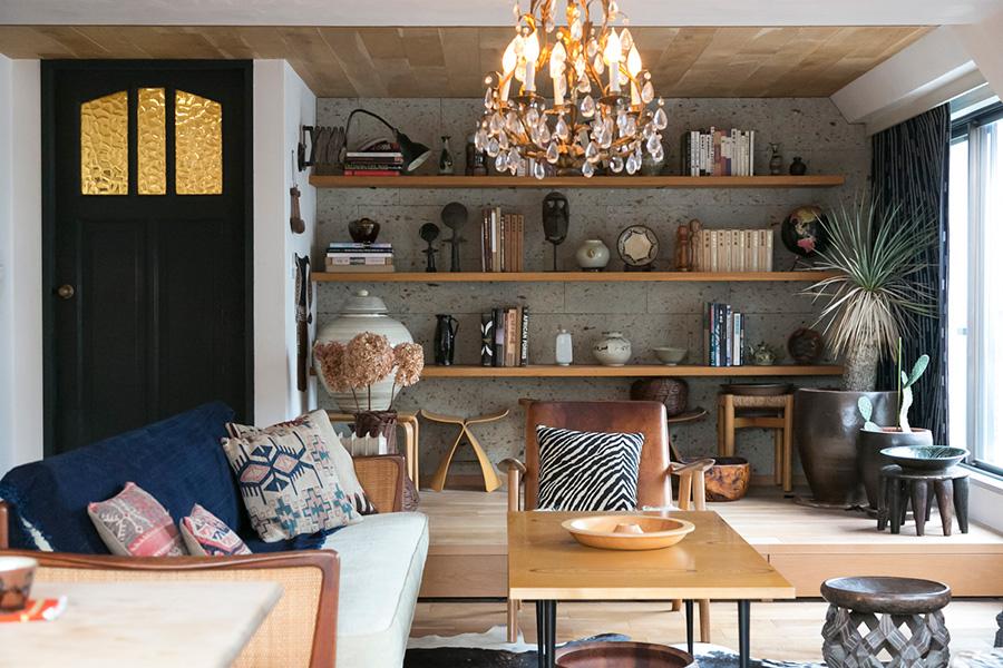 アンティークのドア、大谷石の壁面、床と天井のオーク材。質感と色の絶妙なバランスが素晴らしい。手前のローテーブルはタピオ・ウィルカラのもの。