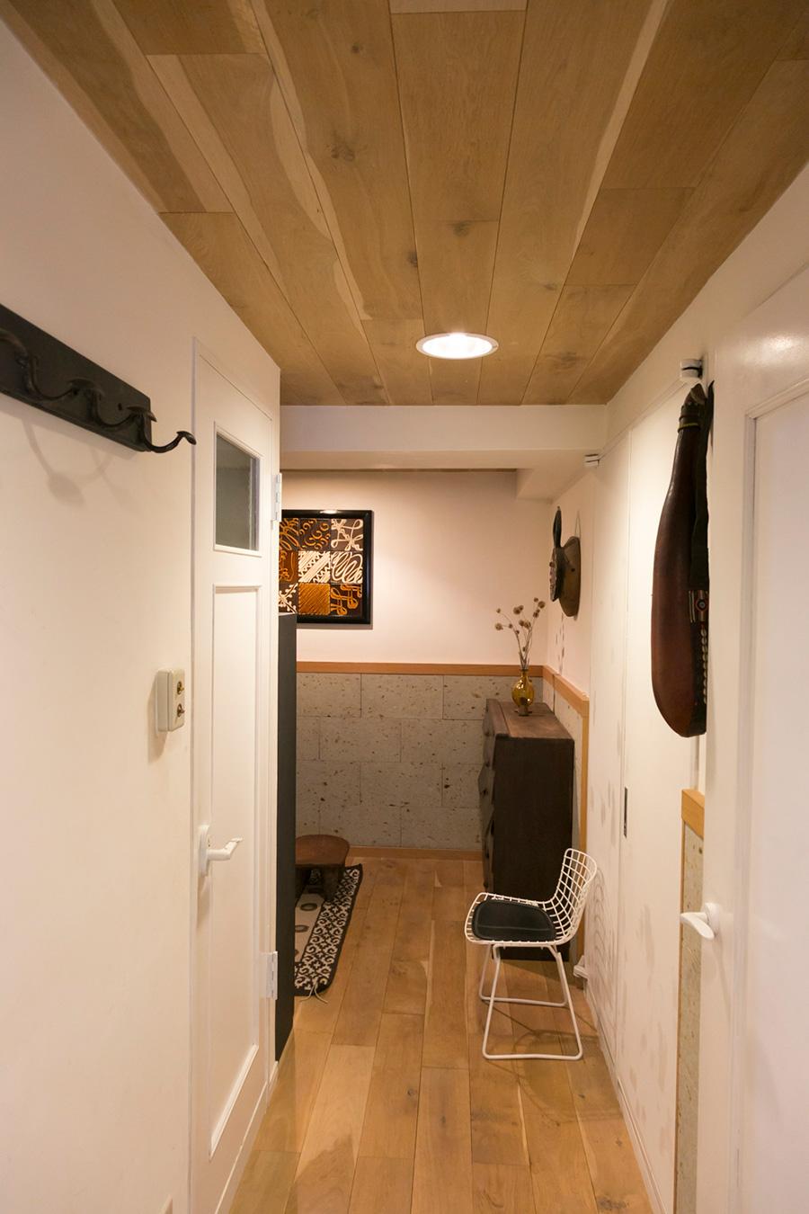 廊下と玄関の腰壁にも大谷石を貼った。奥に見える「玄関に飾っている陶板は、9枚を組み合わせて額装したものです」