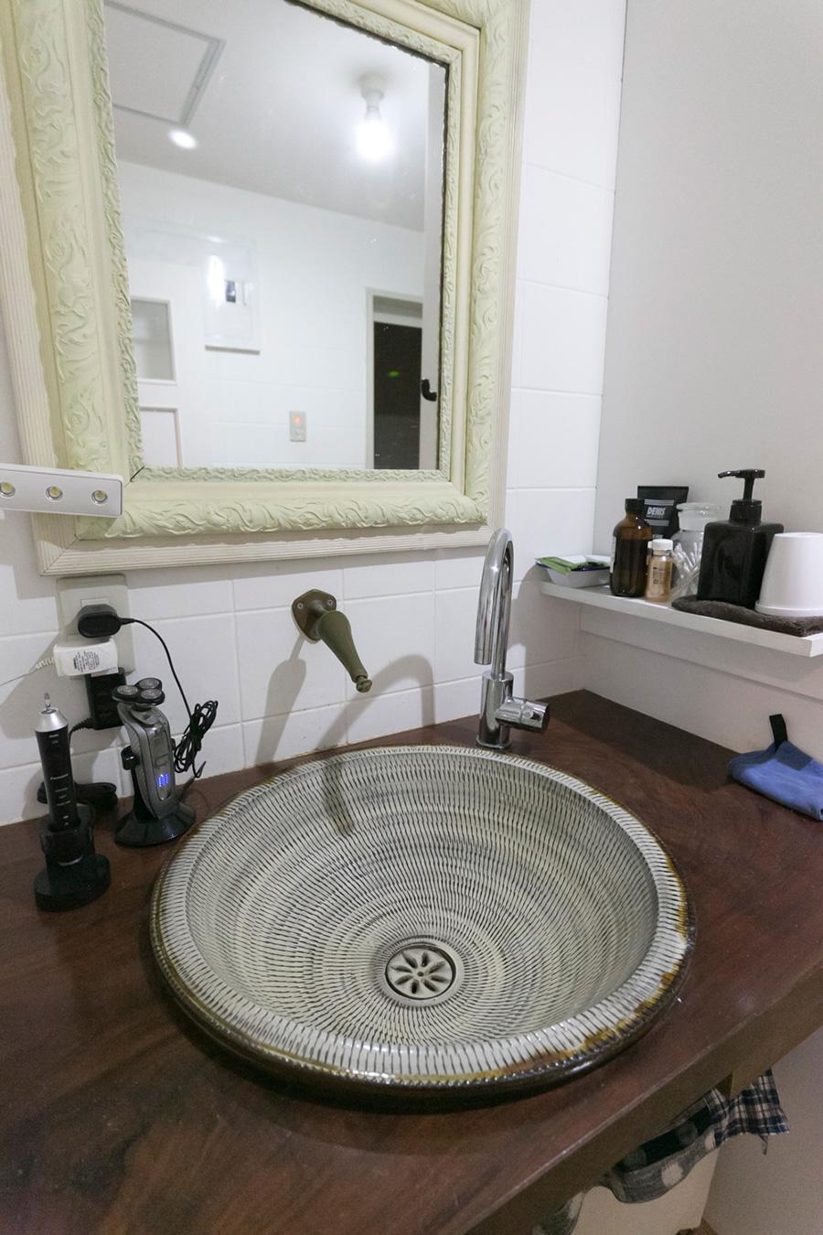 大分の小鹿田焼を洗面ボウルに。天板をボウルのサイズに合わせてくりぬき、洗面台に。