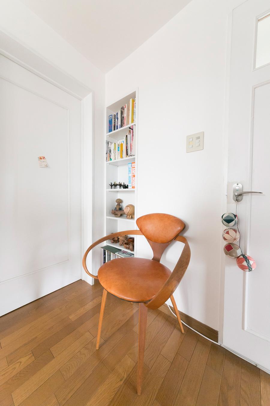 アームの曲線と美しいくびれを持つ、20世紀を代表するアメリカの住宅建築家ノーマン・チャーナー作のチャーナーサイドチェア。