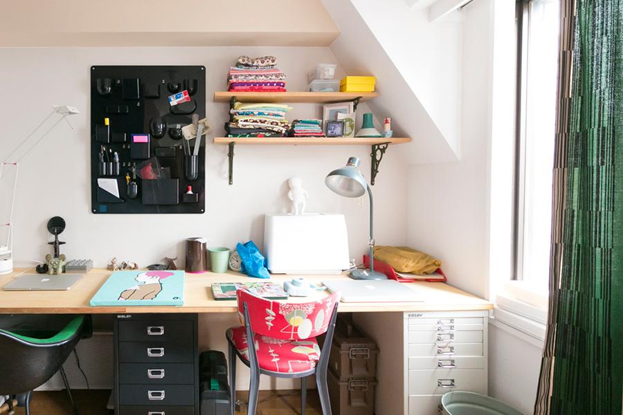 「BISLEY」の引き出しに天板を渡してデスクに。棚の上の布のコレクションは奥様のものだそう。