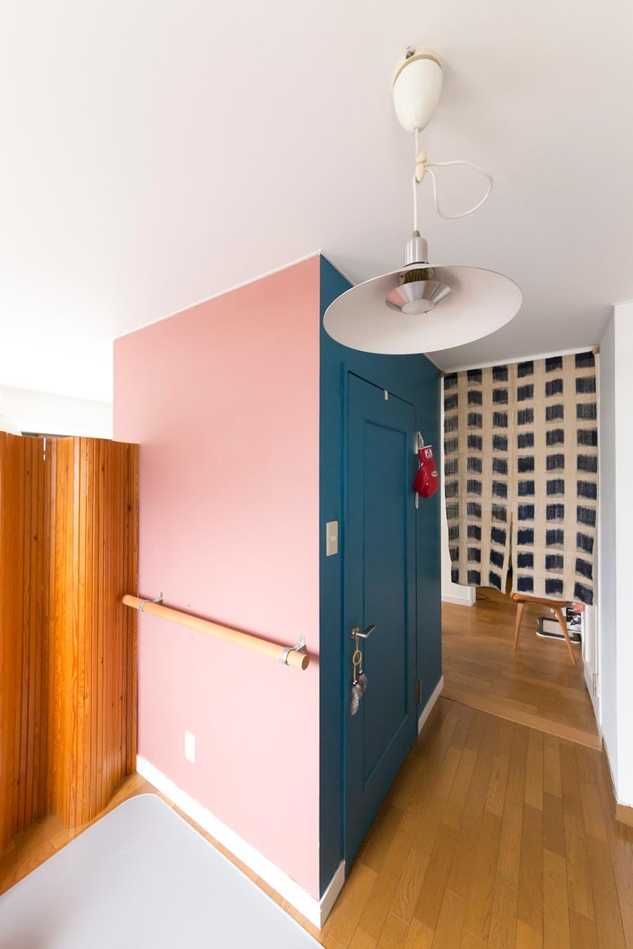 「自分たちで最初に塗ったのがブルーとピンクの壁。下手ですが家族で力を合わせて塗ったので思い出深いコーナーになりました」