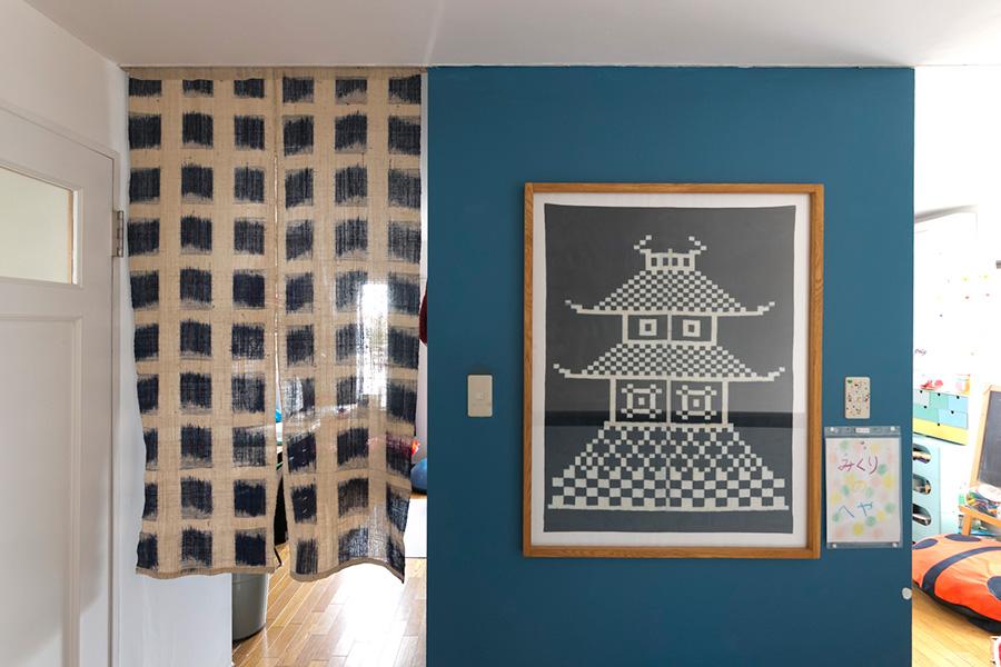 パーテーションに使っている中国の暖簾の右は、貴重な久留米の「お城絣」を額装したもの。