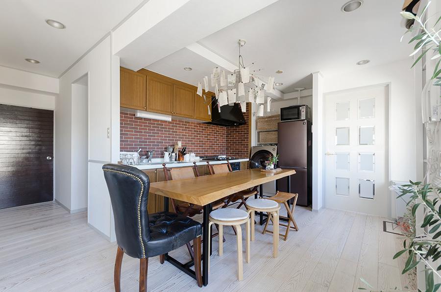 落ち着いた雰囲気のキッチン。手前の椅子は代官山の「アスプルンド」で購入。