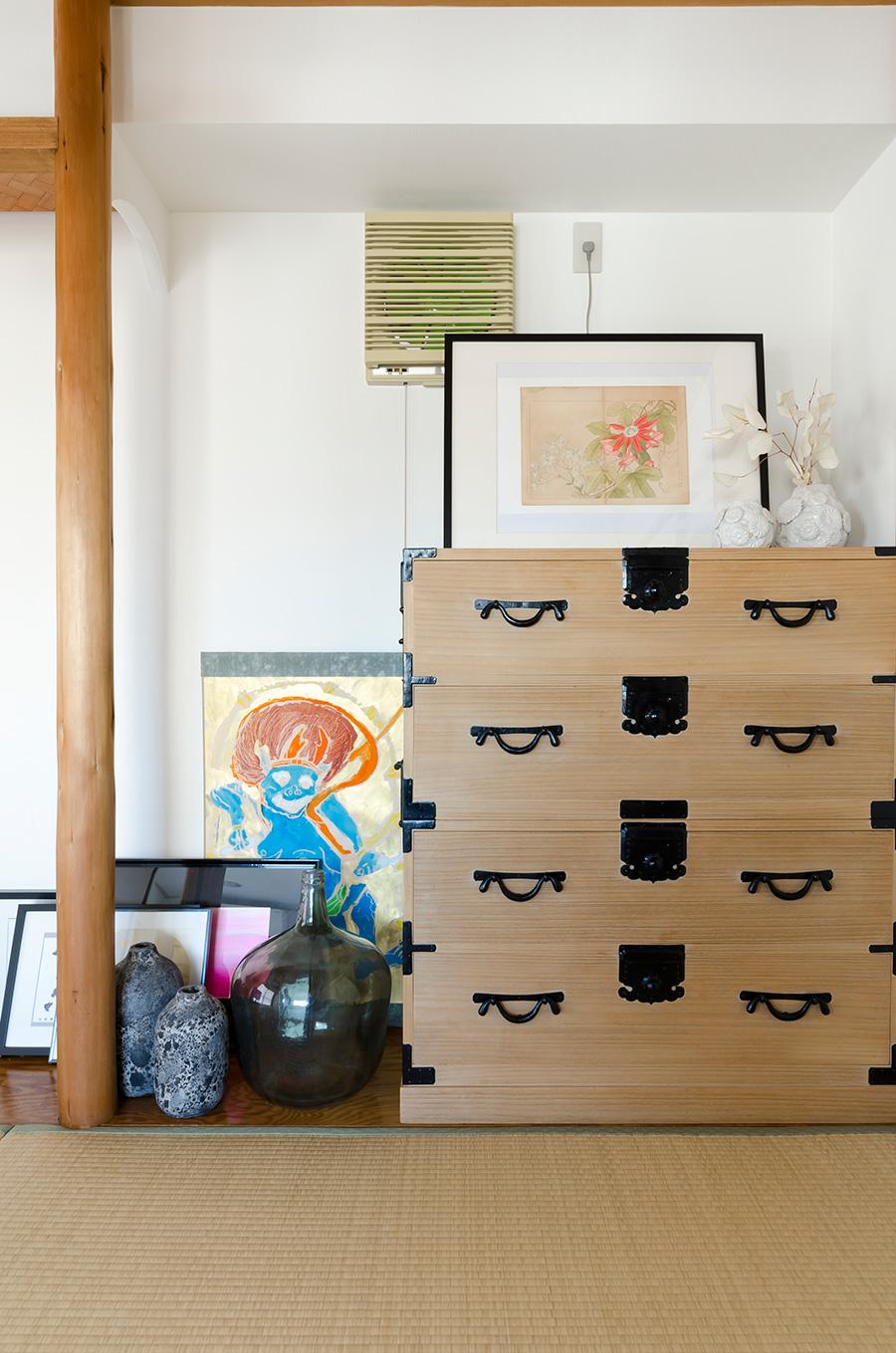 「畳が好きなので和室は残したかったんです」。和箪笥はアンティークの「山本商店」で。風神雷神図屏風はお子さんの作品!