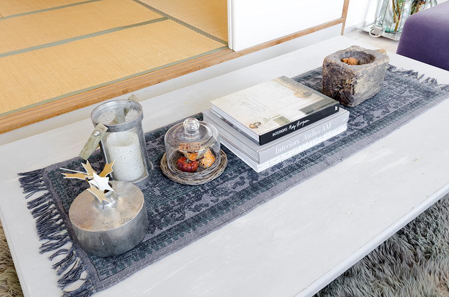 リビングのテーブルは仕事の作業台の脚を切り、グレーにペイントして再利用。海外のインテリア本を参考に。