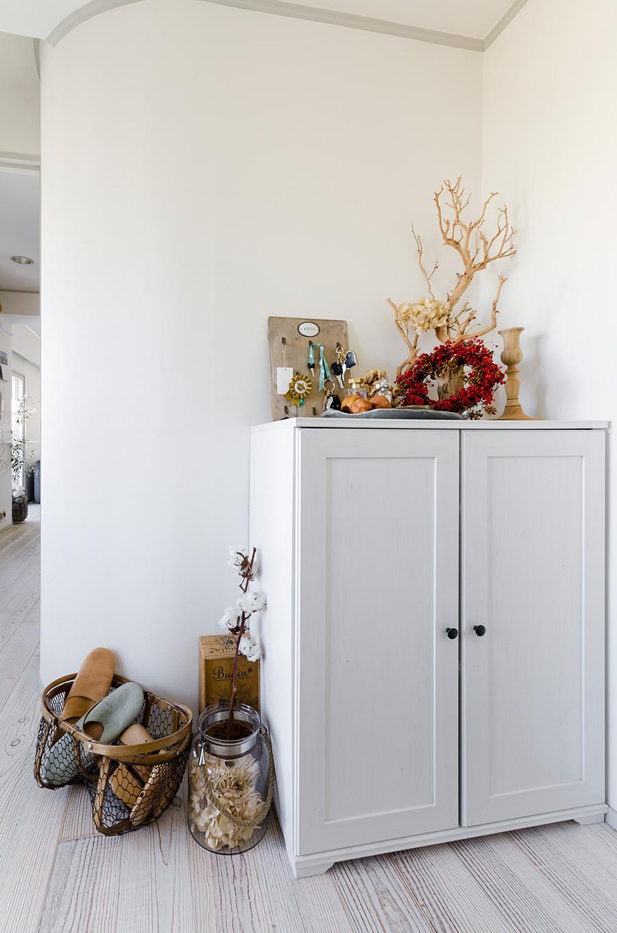 「山本商店」で購入したアンティークの下駄箱は、ご主人とふたりで白に塗り直した。